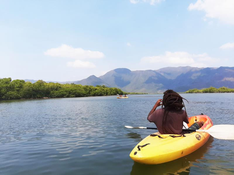 Canoë kayak sur la baie de Canala